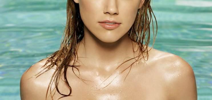 Amber Heard in Bikini (7 Photos)