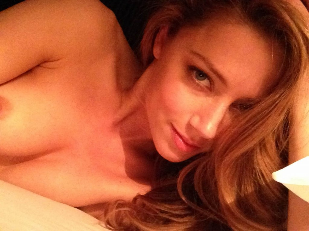 Amber Heard naked at her bedroom