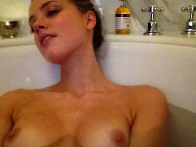 Amber Heard posing nude at her bath selfie