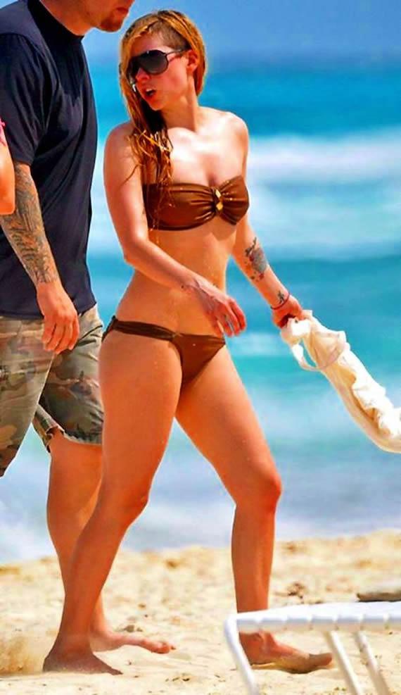 Avril Lavigne in bikini at a beach in Mexico 1