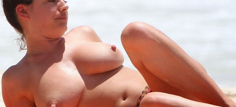 Kelly Brook showing her giant boobs on the beach (8 Photos)