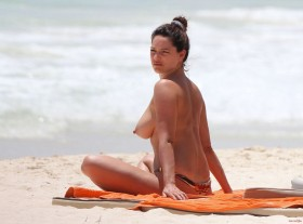 Kelly-Brook-Topless-in-Cancun-Mexico-Photo