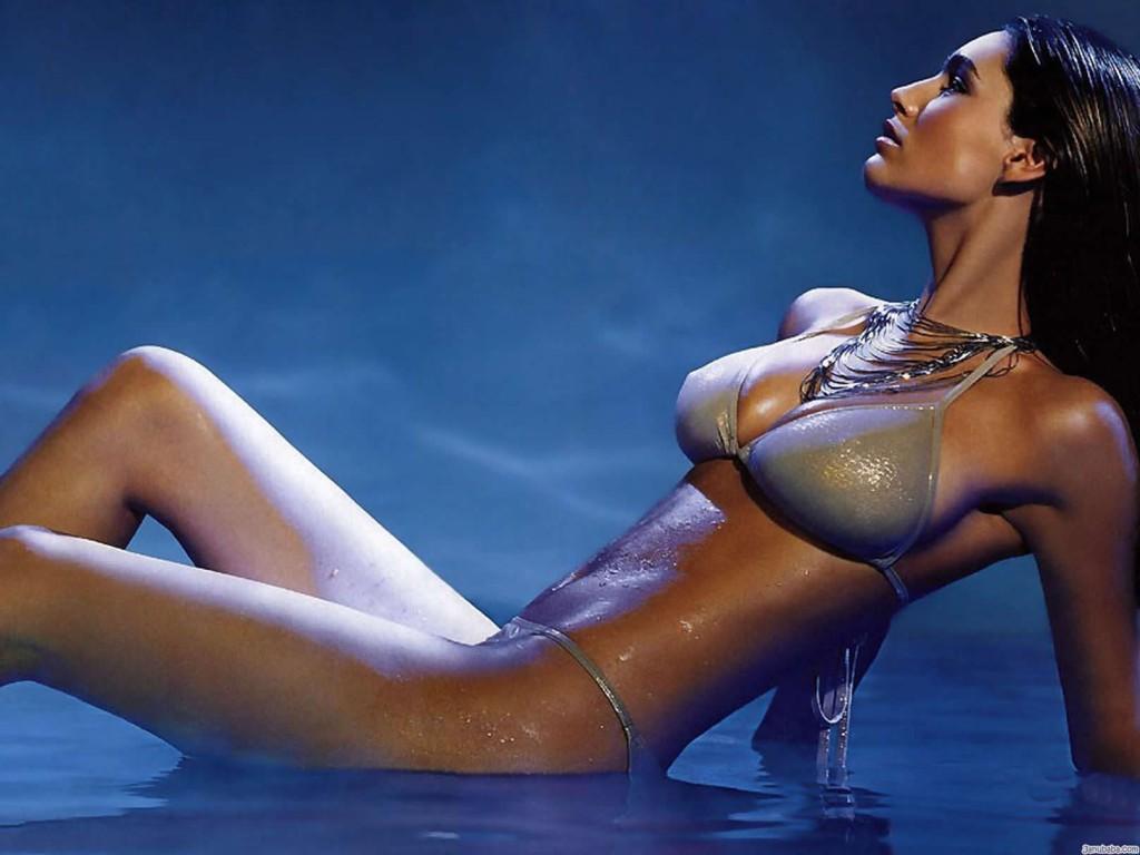 Kelly Brook in bikini and sexy posing