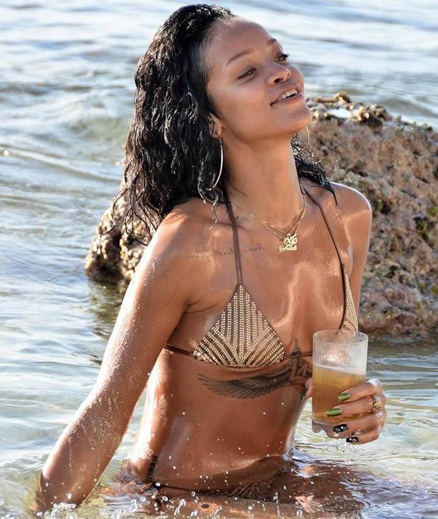 Rihanna sexy bikini pictures