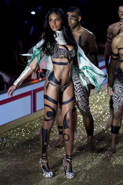 Emanuela de Paula Victoria's Secret Fashion Show