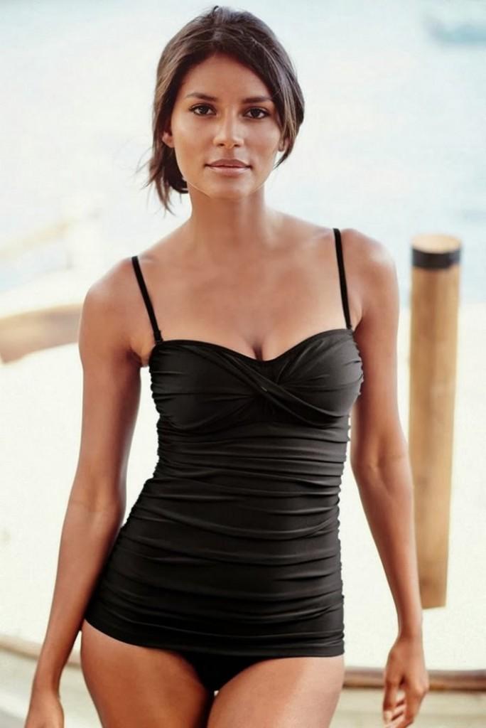 Emanuela de Paula in the beach