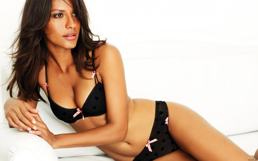 Emanuela de Paula showing her sexy body