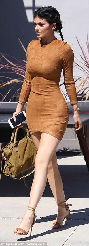 Kylie Jenner flaunts trim midsection in selfie
