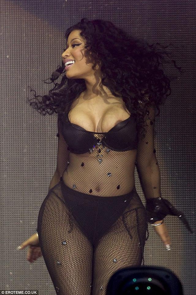 Nicki Minaj hot nip slip