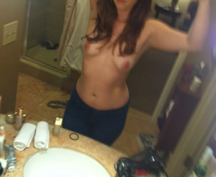 Abby Elliott Nude Leaked (4 Photos)