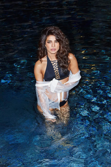 Hot Priyanka Chopra in pool
