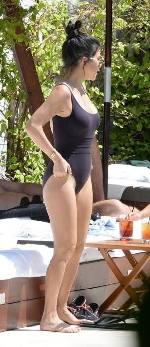Kourtney Kardashian Showing her sexy body