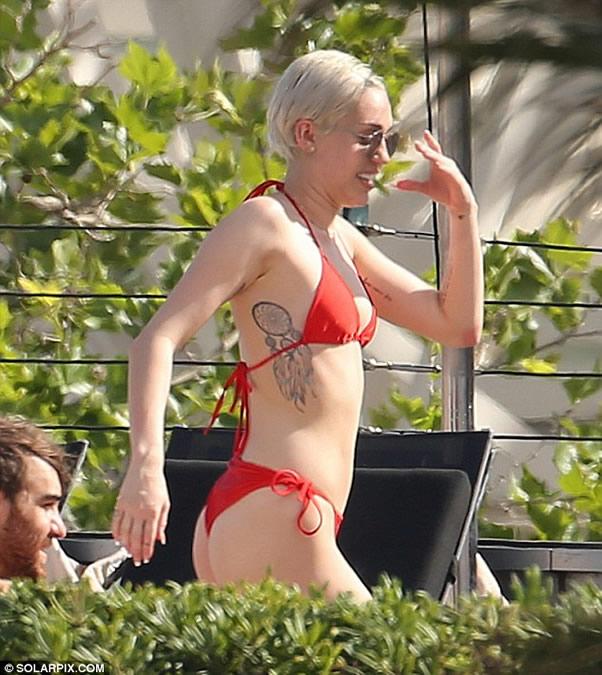 Miley Cyrus in sexy bikini
