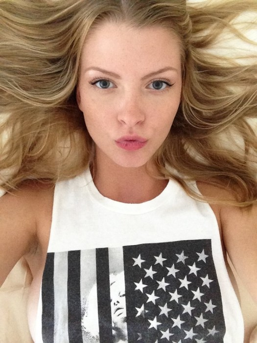 Erin Cummins Hot and Sexy Pics