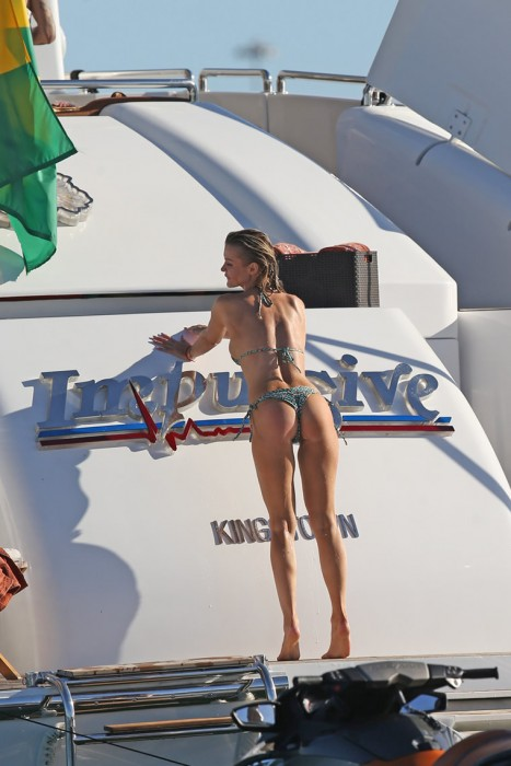 Hot Joanna Krupa showing her sexy booty