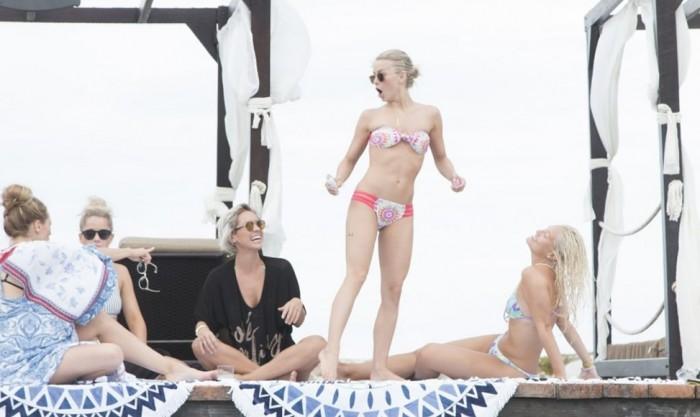 Julianne Houghin sexy bikini
