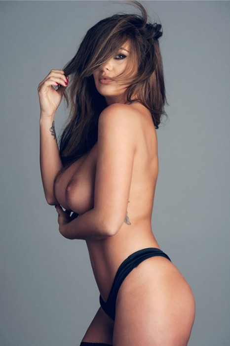 4-sexy-holly-peers-topless-photos