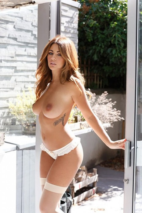 5-holly-peers-showing-her-giant-boobs