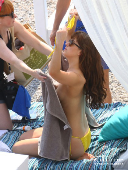 dakota-johnson-topless-paparazzi-photo