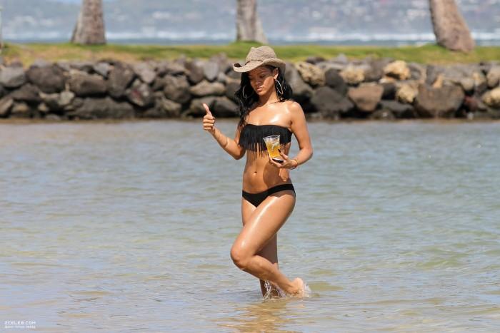 hot-rihanna-in-bikini-photos