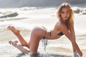 Alexis Ren sexy in bikini