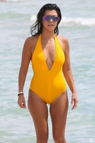 Hot Kourtney Kardashian Cameltoe