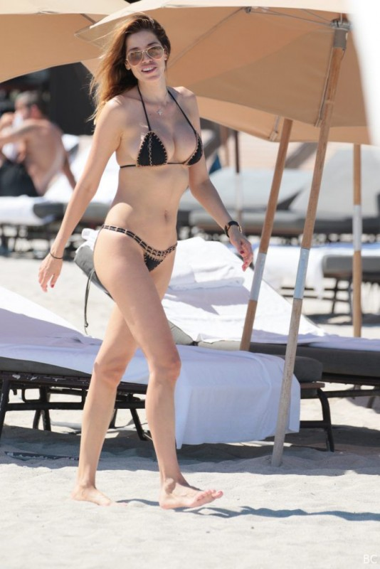Aida Yespica Bikini Candids